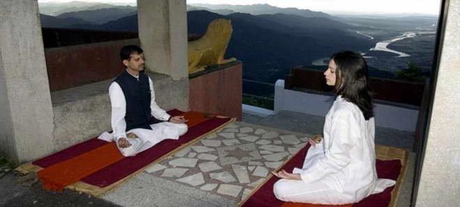 Entspannungsübungen mit Blick auf den Ganges