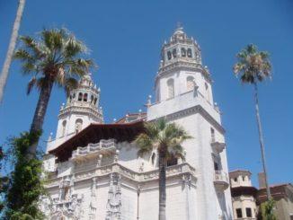 Außenansicht vom Schloß Hearst Castle im Ort San Simeon in Kalifornien.