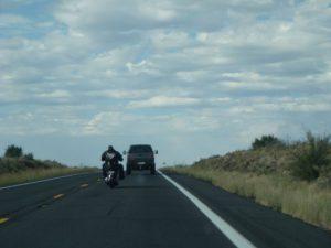 Motorradfahrer und Autofahrer auf ihrer Tour durch die USA.